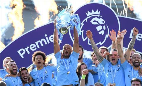 Man City đánh rơi cúp vô địch Premier League từ trên ban công hình ảnh