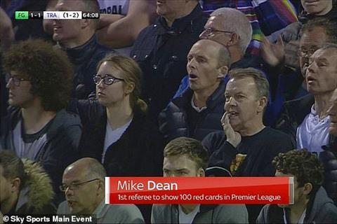 Vua thẻ Mike Dean ăn mừng cuồng nhiệt khiến fan thích thú hình ảnh