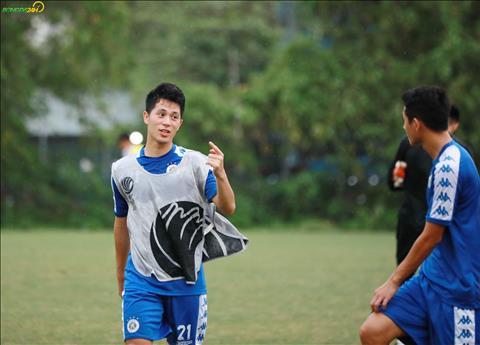 Trong buoi tap chuan bi cho tran dau voi Tampines Rovers, Dinh Trong tham gia cung ca doi.