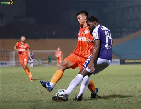 Duc Chinh hoat dong lien tuc nham gay suc ep len hang phong ngu Ha Noi FC.