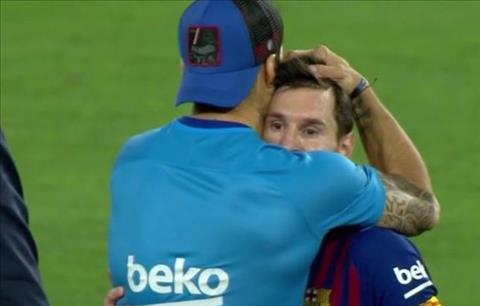 Luis Suarez an ủi Messi sau trận thua Valencia hình ảnh
