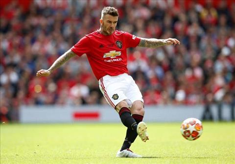 Dang chuyen bong quen thuoc cua Beckham duoc tai hien o Old Trafford.