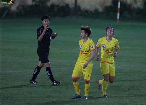 Trong thoi gian bu gio, Tuyet Dung tung ra cu sut xa dep mat giup Phong Phu Ha Nam dan 3-0 khi hiep mot ket thuc.