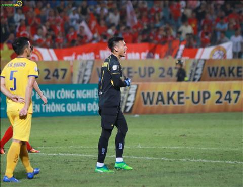 Nguyen Manh khong hai long sau mot pha bong cac dong doi o hang phong ngu SLNA thieu tap trung.