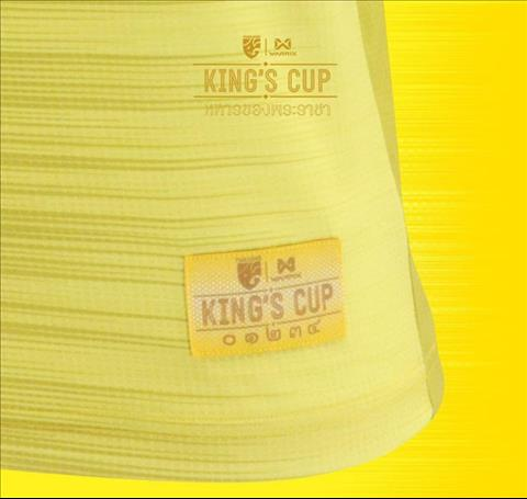Phan tay ao in chu King Cup boi day la phien ban dac biet chi su dung cho giai dau.