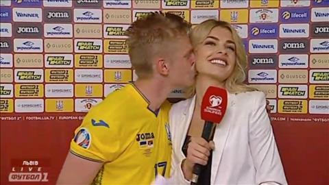 Zinchenko cưỡng hôn phóng viên nữ sau trận Ukraine 5-0 Serbia hình ảnh