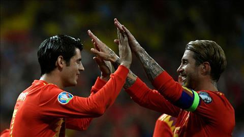 Alvaro Morata cảm ơn Sergio Ramos sau trận thắng Thụy Điển hình ảnh