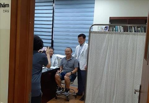 HLV Park Hang Seo tới bệnh viện kiểm tra y tế hình ảnh