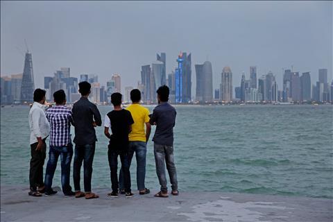 Van con nhieu lao dong nuoc ngoai phuc vu cho qua trinh xay dung de chuan bi cho viec Qatar dang cai World Cup 2022 doi mat voi tuong lai mo mit.