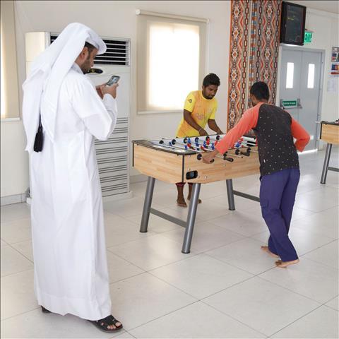 Nguoi lao dong nuoc ngoai toi Qatar lao dong trong qua trinh chuan bi cho World Cup 2022 dan duoc cai thien ve chat luong cuoc song.