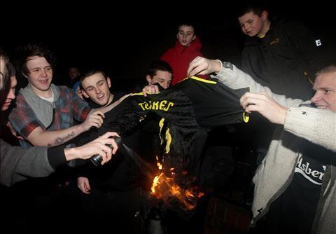 Mot so CDV qua khich cua Liverpool tung dot ao Fernando Torres khi anh chuyen den Chelsea.
