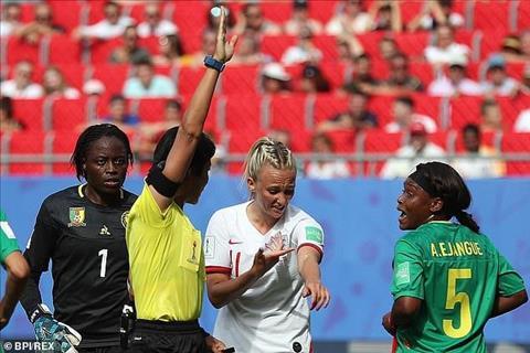 Nữ cầu thủ Anh bị đối thủ nhổ nước bọt vào tay hình ảnh