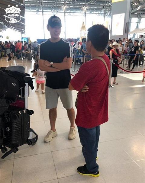Hinh anh Xuan Truong tai san bay chuan bi ve Viet Nam. Anh: HAGL FC.