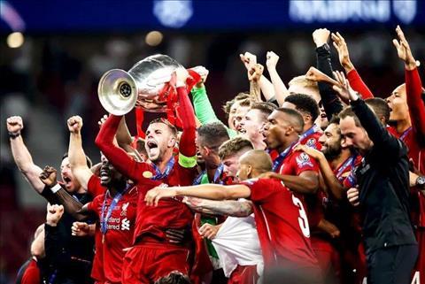 Goc Liverpool: Dung bao gio danh gia mot cuon sach chi qua trang bia