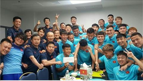 Hồng Duy được thầy Park và các đồng đội tặng quà bất ngờ  hình ảnh