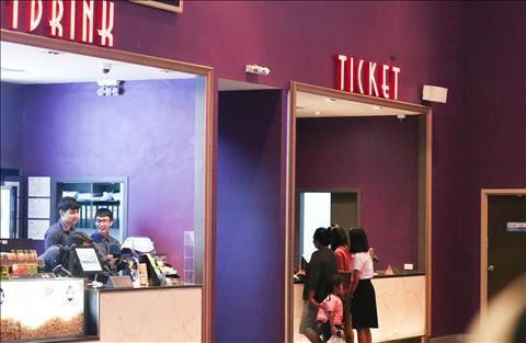 CĐV Thái Lan mua vé xem trận đấu với ĐT Việt Nam trong rạp phim hình ảnh