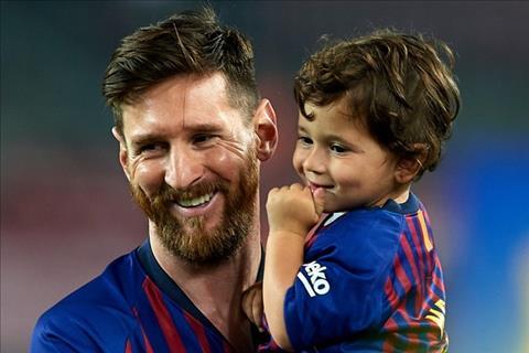 VIDEO: Messi bi con trai xoay sau noi dau thua tran