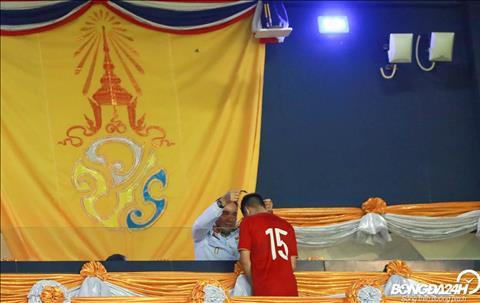 Dai dien Hoang gia Thai Lan trao huy chuong cho nha a quan Kings Cup 2019.