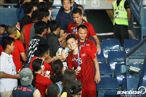 Quang Hai lien tuc nhan duoc loi de nghi chup anh selfie.