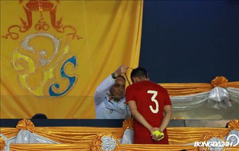 ẢNH Lên nhận huy chương, cầu thủ Việt Nam liên tục được NHM Thái Lan xin chụp ảnh hình ảnh 2