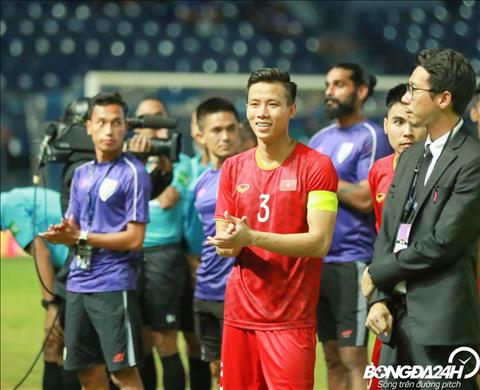 NHM Thái Lan chụp ảnh selfie cùng cầu thủ Việt Nam  hình ảnh