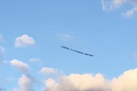 Trò chơi khăm của CĐV Liverpool Thuê máy bay để cười nhạo MU hình ảnh