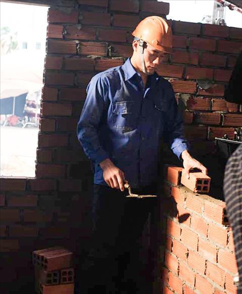 Thủ môn Bùi Tiến Dũng làm thợ xây, dựng lại nhà cho bà nội hình ảnh