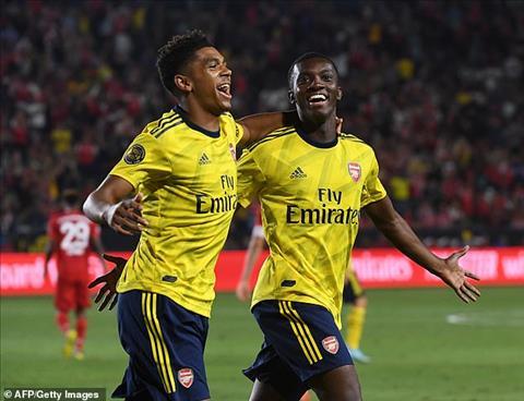 Nketiah (phai) ghi ban quyet dinh cho Arsenal vao cuoi tran