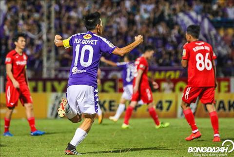 Van Quyet dang the hien phong do day thuyet phuc trong mau ao Ha Noi FC.