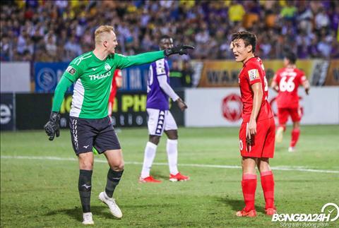 Cung chinh vi the ma hai cau thu HAGL cai nhau tren san sau mot pha bong nguy hiem cua Ha Noi FC.
