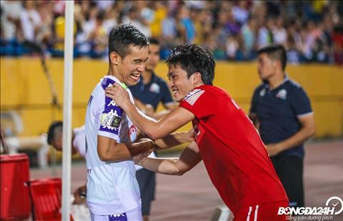 Sau tran dau, Tuan Anh va Xuan Truong toi bat tay cac cau thu Ha Noi.