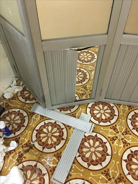 Cầu thủ Quảng Ninh làm hỏng cửa phòng thay đồ hình ảnh