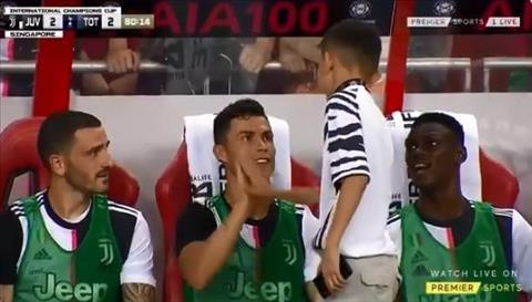 Cử chỉ đẹp của Ronaldo với fan nhí ở trận gặp Tottenham hình ảnh