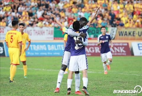 Omar om cham lay Van Quyet sau khi ghi ban nang ti so 2-1 cho Ha Noi.