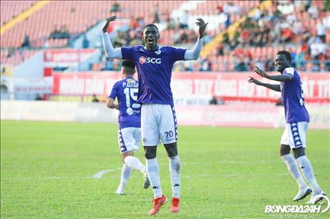 Chi vai phut sau, Omar ghi ban thiet lap lai loi the dan ban cho Ha Noi FC.