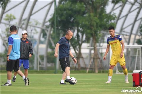Du co tuoi nhung thay Park van khong ngan ngai pho dien ky thuat truoc cac cau thu U22 Viet Nam.
