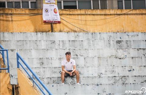 Trong tran dau giua Ha Noi vs Thanh Hoa tai vong 20 V-League 2019, Phi Minh Long theo doi Ha Noi thi dau tu tren khan dai.