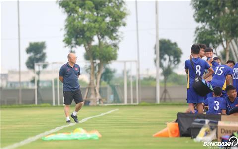 ẢNH Thầy Park xem giò cầu thủ nhí trong buổi tập của U22 Việt Nam  hình ảnh