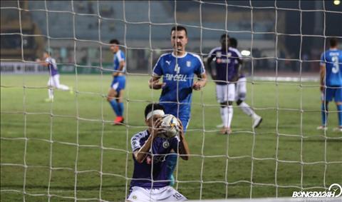 Den cuoi tran, Ha Noi FC duoc huong phat den va Van Quyet ghi ban an dinh chien thang 3-2.