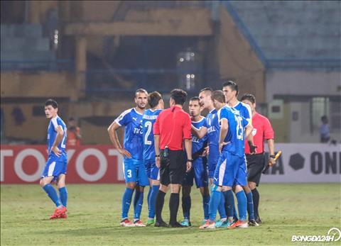 Co the hieu duoc tam trang cua cac cau thu Altyn Asyr boi do la tinh huong giup Ha Noi co duoc ban thang an dinh ti so 3-2.