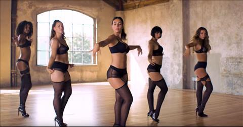 bạn gái Ronaldo cùng với các người mẫu vũ công