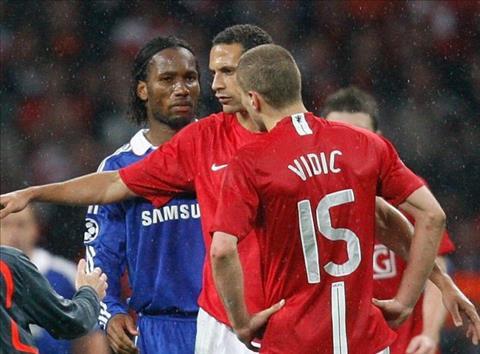 Didier Drogba đuổi đánh Nemanja Vidic trong trận CK C1 200708 hình ảnh