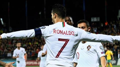 Ronaldo lập poker Bạn gái và 4 thiên thần chúc mừng  hình ảnh