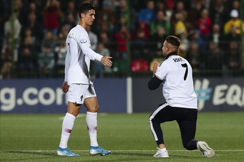 Fan của Ronaldo vái lậy thần tượng ngay trên sân bóng hình ảnh