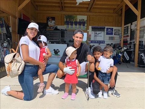 Gia đình nhỏ chúc mừng Ronaldo lập poker hình ảnh 3