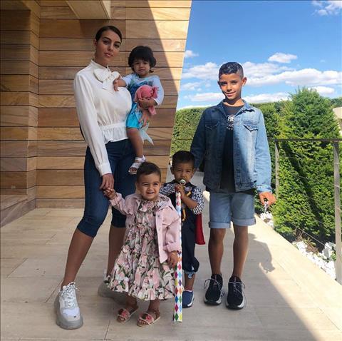 Gia đình nhỏ chúc mừng Ronaldo lập poker hình ảnh 2