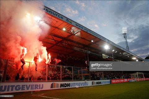 Văn Hậu hãy cẩn thận, vì pháo sáng tại Hà Lan còn kinh hơn V-League hình ảnh