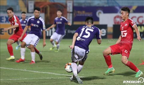 Tu no luc di bong, Duc Huy cang ngang cho Thanh Chung an dinh chien thang 5-2 cho Ha Noi FC.