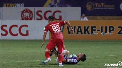 Cuoi hiep 1, Ha Noi FC duoc huong phat den khi Quang Hai bi Trong Hoang pham loi trong vong cam.