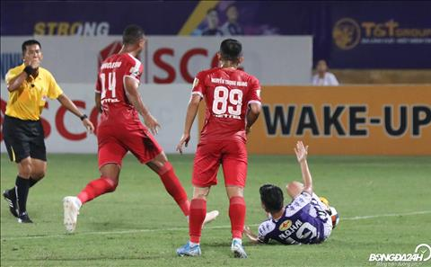 Tien ve so 19 da mang ve qua phat den cho Ha Noi FC vao cuoi hiep mot nhung Omar thuc hien hong.
